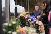 多くの犠牲者を出した大川小学校と地域の慰霊碑に祈りを捧げる人たち=宮城県石巻市で2016年3月11日午前11時32分、梅村直承撮影