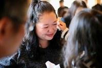 亡くなった長男佑哉君(当時2歳)の命日の法要で思わず涙が流れた佐藤美貴子さん(左・38)。「だって、佑哉がここにいないから」。助けられなかった後悔の気持ちがこみ上げる。「なんで泣いてるの」。震災後に生まれ「百歳まで生きられるように」と名付けられた百華(ももか)ちゃん(3)が涙をふくと、笑顔を見せた=宮城県東松島市の清泰寺で2016年3月11日午前11時52分、森田剛史撮影