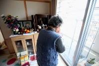 南三陸町で長男利光さん(当時53歳)夫婦が行方不明となり、夫平馬さん(同81歳)が心労から震災2カ月後に亡くなった菅原豊子さん(81)。地震発生時刻に、登米市の仮設住宅から昨夏に移り住んだ災害公営住宅で独り、遠く離れた古里の方角に手を合わせ、涙を流した。「骨のかけらでも着ていた服でも、ここにいるから、帰ってきて」=仙台市青葉区で2016年3月11日午後2時46分、森田剛史撮影
