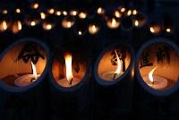 東日本大震災から5年を迎え、愛島東部仮設住宅に並べられた竹灯籠=宮城県名取市で2016年3月11日午後5時39分、佐々木順一撮影