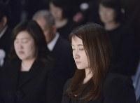 震災発生時刻に合わせ、追悼式で黙とうする鈴木杏奈さん=宮城県七ケ浜町で2016年3月11日午後2時46分、猪飼健史撮影