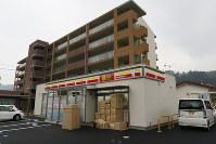 12日にオープンする山北駅前のコンビニ。後方は定住促進住宅=山北町山北で