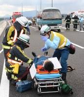 多重事故を想定して救助訓練にあたる消防隊員