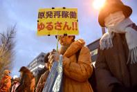 原発再稼働に反対し抗議の声を上げる前に、黙とうをする人たち=首相官邸前で2016年3月11日午後6時、竹内紀臣撮影