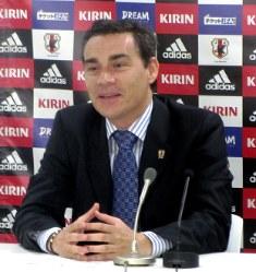 代表選考について説明するミゲル・ロドリゴ監督=東京都内で2013年4月22日午後3時54分、村社拓信撮影