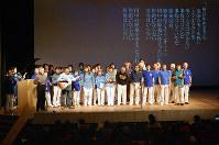 反原発の歌「停まった」を合唱し「原発のない新しい福井」への意気込みをアピールした参加者ら=福井県小浜市で、高橋一隆撮影