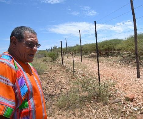 政府に接収されたという土地を前に、バスターの苦難の歩みなどを語るデントリンガーさん=ナミビア中部レホボス郊外で