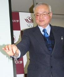 新材料で試作した磁石の力を見せる小林久理真教授=袋井市の静岡理工科大学で