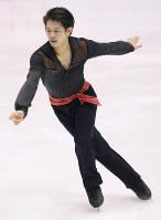 Takahiko Kozuka performs in the men's short program at Makomanai Sekisui Heim Ice Arena, on Dec. 25, 2015. (Mainichi)