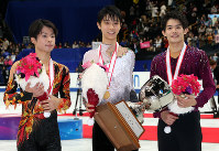 After the awards ceremony at the Japan Figure Skating Championships 2013, from left, second place Tatsuki Machida, first place Yuzuru Hanyu, and third place Takahiko Kozuka are seen at Saitama Super Arena on Dec. 22, 2013. (Mainichi)
