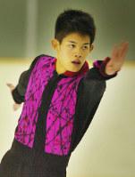 Takahiko Kozuka shows off a powerful performance at the Chubu figure skating championships, at Howa Sports Land in Minato Ward, Nagoya, on Sept. 30, 2006. (Mainichi)