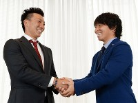 互いの選手会の役割やプレーに関する話題で熱く語り合った嶋(左)と佐藤=神戸市内で2016年3月7日、小関勉撮影