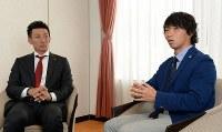 対談する日本プロサッカー選手会長のサンフレッチェ広島・佐藤(右)と日本プロ野球選手会長の楽天・嶋=神戸市内で2016年3月7日、小関勉撮影