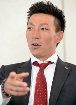 対談する日本プロ野球選手会長の楽天・嶋=神戸市内で2016年3月7日、小関勉撮影