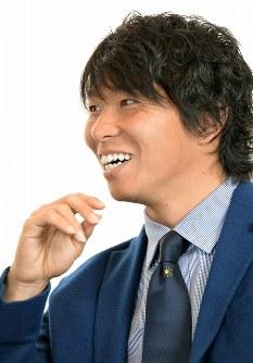 対談する日本プロサッカー選手会長のサンフレッチェ広島・佐藤=神戸市内で2016年3月7日、小関勉撮影