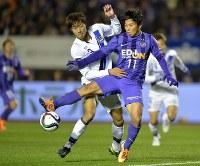 佐藤はガ大阪と争ったJ1チャンピオンシップ決勝でも躍動し、年間優勝に貢献した=2015年12月5日、エディオンスタジアム広島での第2戦で、三浦博之撮影
