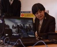 インターネットで結んだ記者会見で、東京からの記者の質問に耳を傾ける消費者庁の板東久美子長官=徳島県神山町下分で2016年3月15日午後1時19分、数野智史撮影