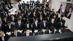 就職活動が本格スタートし、企業ブースで説明を聞く学生ら=インテックス大阪で2016年3月1日