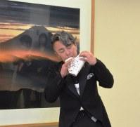 「やまなし大使」に任命され、演奏を披露する大沢聡さん=甲府市丸の内1で