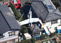 A glider that crashed in a residential area is seen in Sakae, Chiba Prefecture, on March 17, 2016. (Mainichi)
