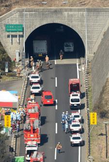 多重事故が起きた山陽自動車道下り線の八本松トンネルの現場付近=広島県東広島市で2016年3月17日午前10時51分、本社ヘリから三浦博之撮影