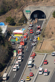 多重事故が起きた山陽自動車道下り線の八本松トンネルの現場付近=広島県東広島市で2016年3月17日午前10時45分、本社ヘリから三浦博之撮影