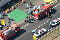 多重事故が起きた八本松トンネル付近に集まる消防隊員ら=広島県東広島市で2016年3月17日午前10時47分、本社ヘリから三浦博之撮影