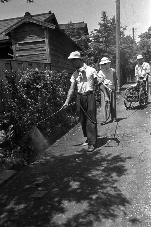 東京都内での日本脳炎流行を受け、行われた公共施設の消毒=1954(昭和29)年8月4日