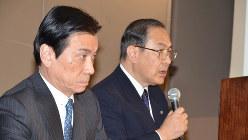 2016年度事業計画の会見に出席した室町正志社長(右)=2016年3月18日、亀井和真撮影