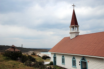 現在も保存されているロケセットの礼拝堂。遠くに角島灯台が見える=田中博子撮影