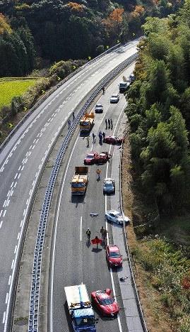 多重事故で大破したフェラーリが残る中国自動車道の事故現場=山口県下関市小月町で2011年12月4日、本社ヘリから安達一成撮影