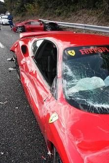 運転席の窓ガラスが割れたフェラーリ=山口県下関市小月町の山陽道上りで、2011年12月4日、尾垣和幸撮影