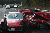 大破した3台のフェラーリ。1台は逆方向を向いている=山口県下関市小月町の中国自動車道で2011年12月4日、尾垣和幸撮影