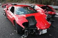 多重事故で大破した3台のフェラーリ=山口県下関市小月町の山陽道上りで、2011年12月4日、尾垣和幸撮影