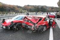 多重事故で大破した3台のフェラーリ=山口県下関市小月町の中国自動車道で、尾垣和幸撮影