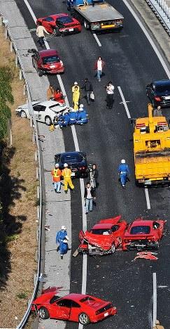 大破した高級車のフェラーリが点在する多重事故の現場=山口県下関市小月町の中国自動車道で2011年12月4日、本社ヘリから安達一成撮影