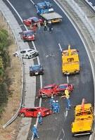 多重事故で大破したフェラーリ6台が残る中国自動車道の事故現場=山口県下関市小月町で2011年12月4日、本社ヘリから安達一成撮影