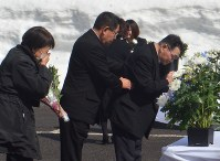 慰霊式で献花し、祈りをささげる遺族ら=仙北市田沢湖生保内で