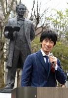 披露された五代友厚像の前で祝辞を述べるディーン・フジオカさん=大阪市住吉区の大阪市立大で2016年3月19日午後3時2分、久保玲撮影