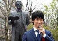 披露された五代友厚像の前で祝辞を述べるディーン・フジオカさん=大阪市住吉区の大阪市立大で2016年3月19日午後3時4分、久保玲撮影