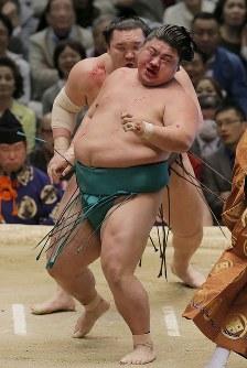白鵬(奥)が寄り切りで嘉風を降す=エディオンアリーナ大阪で2016年3月20日、三村政司撮影