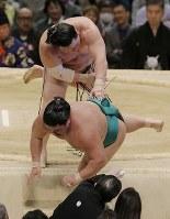 寄り切った後、嘉風にだめ押しをする白鵬(奥)=エディオンアリーナ大阪で2016年3月20日、三村政司撮影