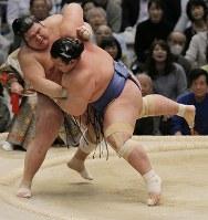 琴奨菊(右)が押し出しで栃煌山を降す=エディオンアリーナ大阪で2016年3月20日、三村政司撮影
