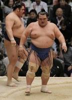 押し出しで栃煌山を降した琴奨菊(右)=エディオンアリーナ大阪で2016年3月20日、三村政司撮影