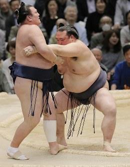 稀勢の里(右)が寄り切りで勢を降して全勝を守る=エディオンアリーナ大阪で2016年3月20日、三村政司撮影