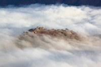 雲海は、高気圧が張り出して等圧線の間隔が広い晴れの日に発生しやすい。風があると雲が同じ場所にとどまらない。秋の紅葉の日、急に強い風が吹き出して雲が乱れた。この乱れ具合は、何回通っても何時間待っても、また撮れるとは限らない=2009年11月29日午前7時45分、吉田利栄さん撮影