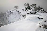 竹田城跡も近年は「日本のマチュピチュ」「天空の城」などと呼ばれて観光客が増加。写真のような足跡のないカットはなかなか撮れなくなった=2005年12月19日午前8時14分、吉田利栄さん撮影