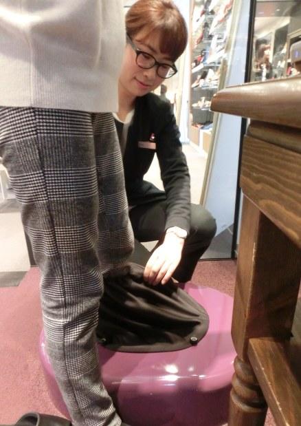 片足を機器に入れて数秒で3D足形を測定できる=東京都中央区銀座5のKiBERA銀座コア店で