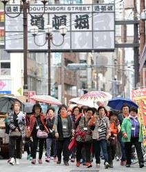 道頓堀を歩く大勢の外国人観光客ら。「爆買い」も地価の上昇要因に=大阪市中央区で3月18日、小関勉撮影