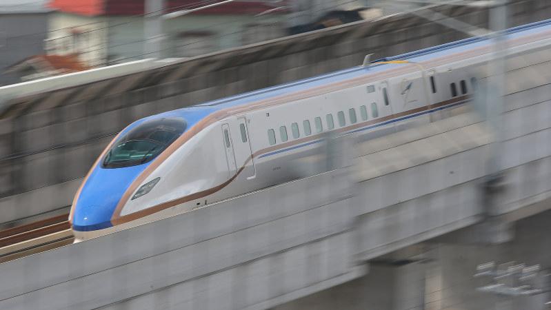 走行する北陸新幹線=富山県射水市で2015年3月14日、後藤由耶撮影